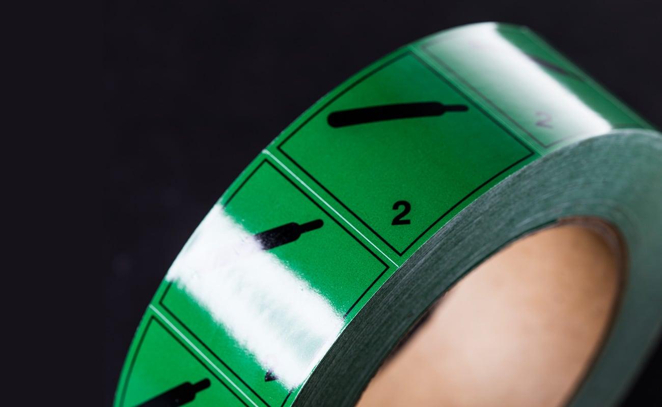 Grön etikett med en flaska